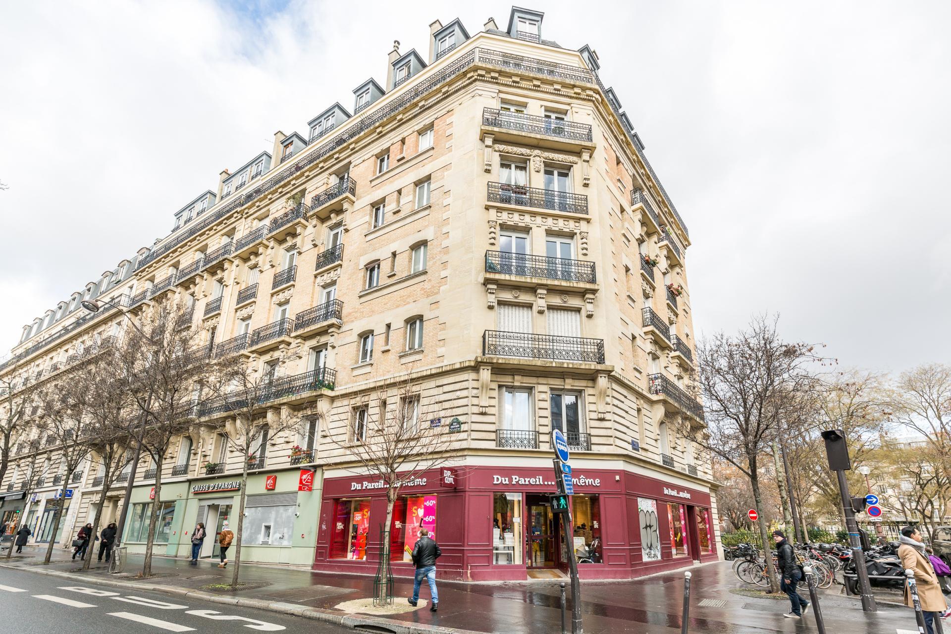 PARIS 18EME - MAIRIE DU 18EME / RUE ORDENER - APPARTEMENT DERNIER ETAGE DEUX CHAMBRES