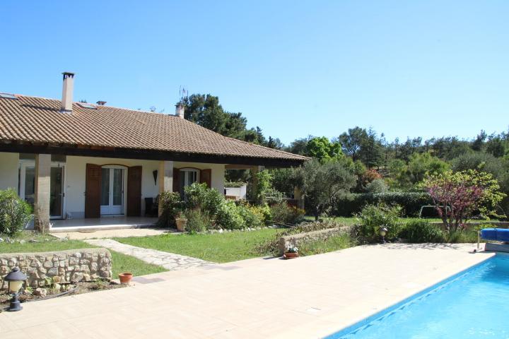 Véritable coup de cœur de toute l'équipe du cabinet ABP AVOCATS CONSEILS pour cette propriété de famille aux nombreux atouts située à Fontvieille dans les Alpilles près des Baux de Provence, de Maussane, de Saint Rémy de Provence.