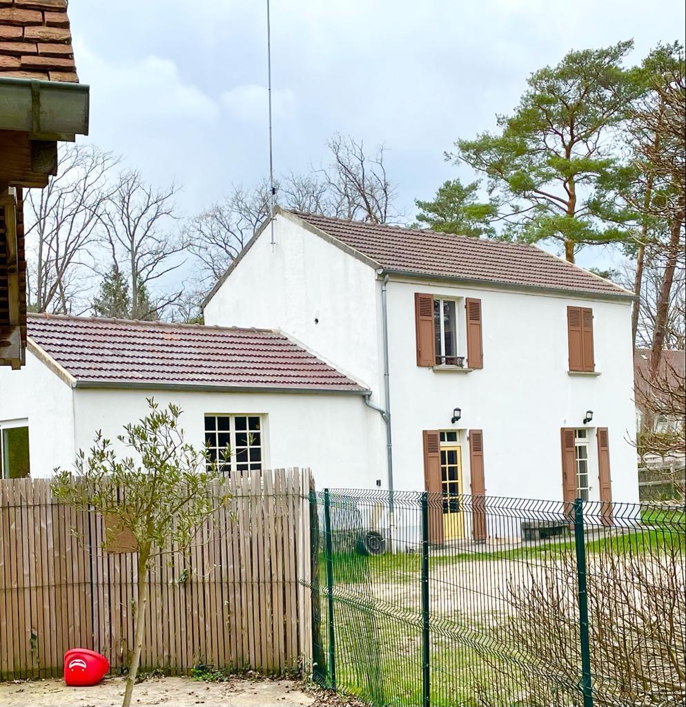 Dans un cadre verdoyant en bordure de Forêt deux maisons d'habitation et un fonds de commerce